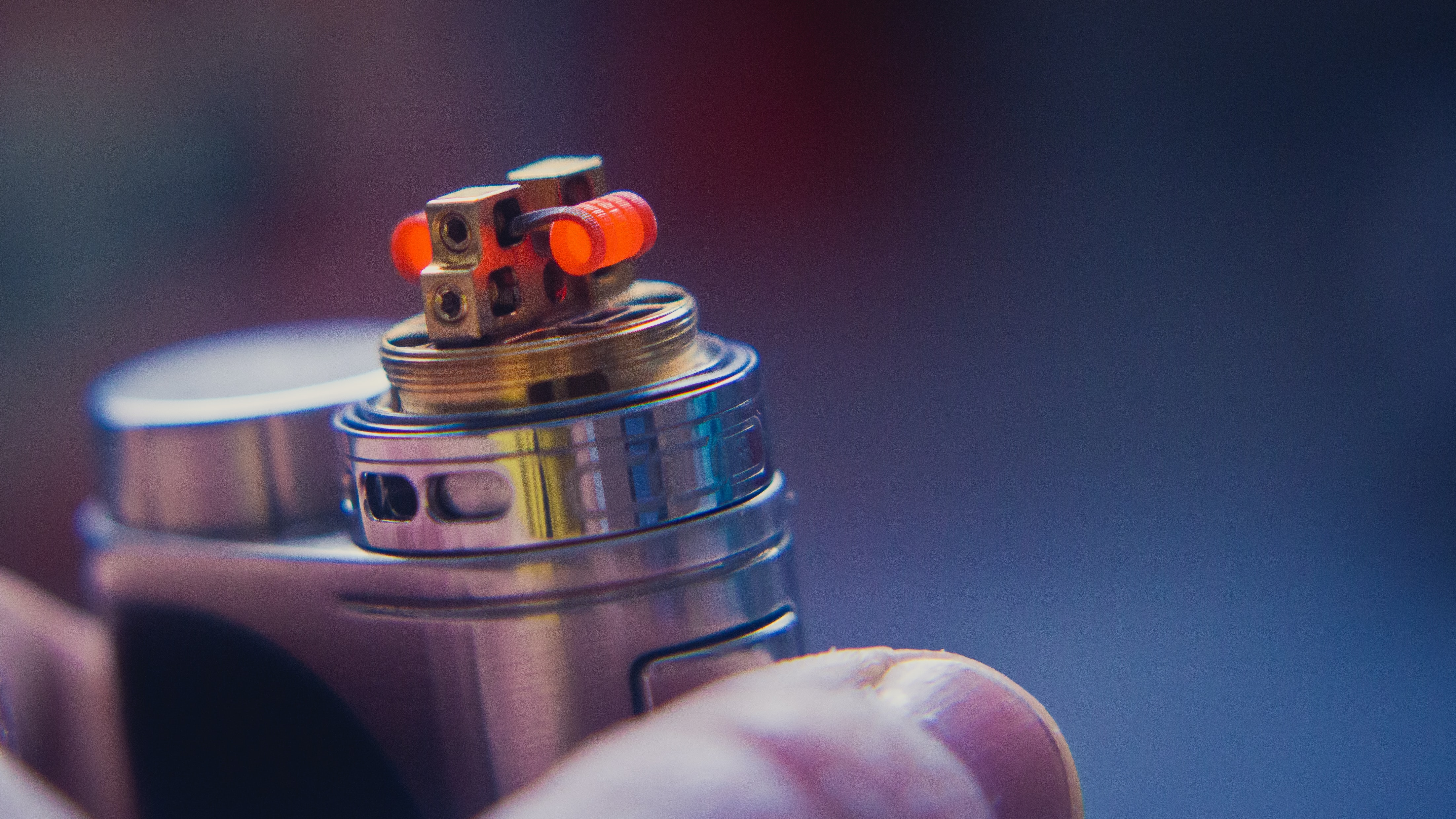 person holding silver tube type mod